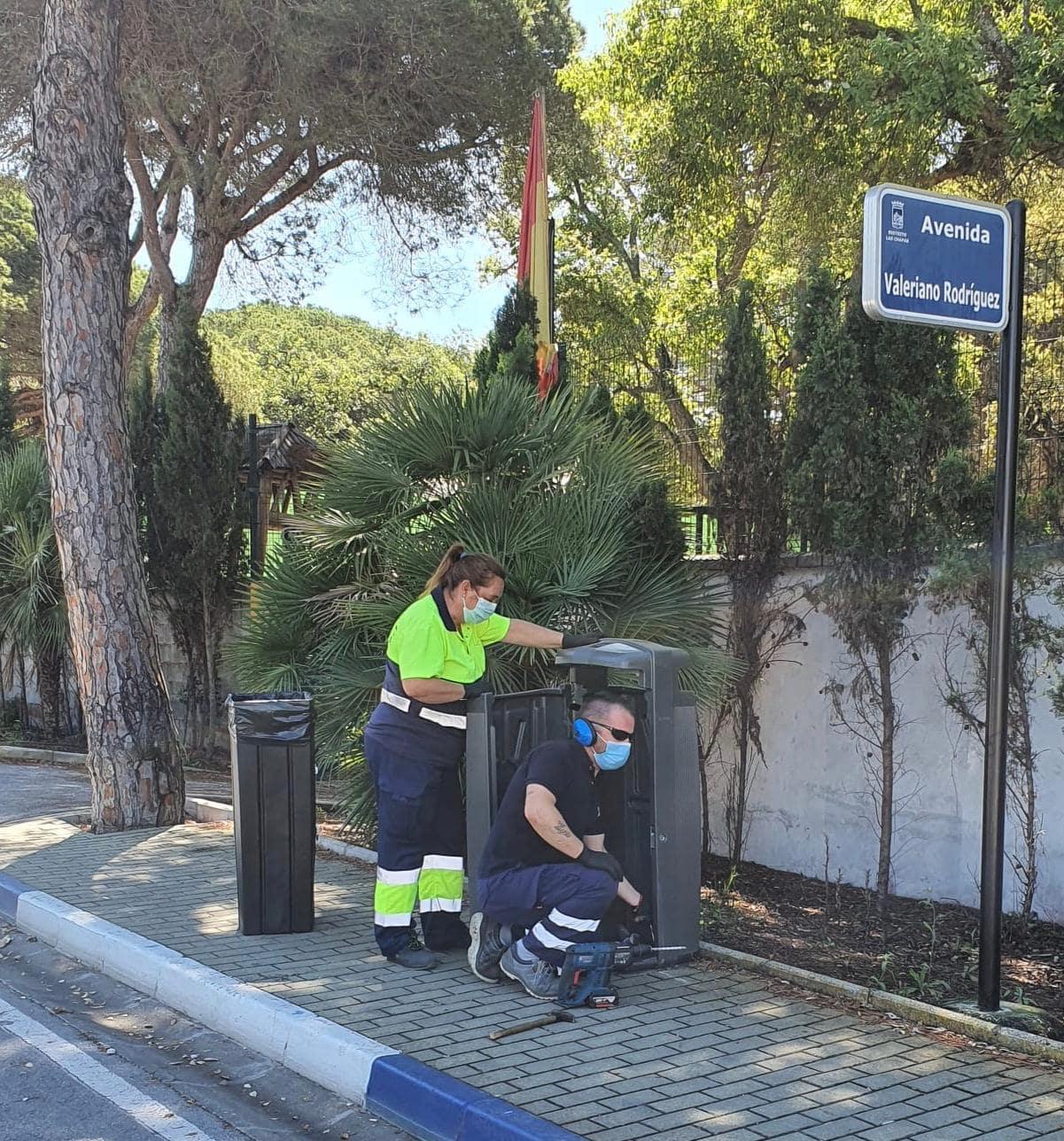 250 unidades más de papeleras de alta capacidad para Las Chapas y Nueva Andalucía