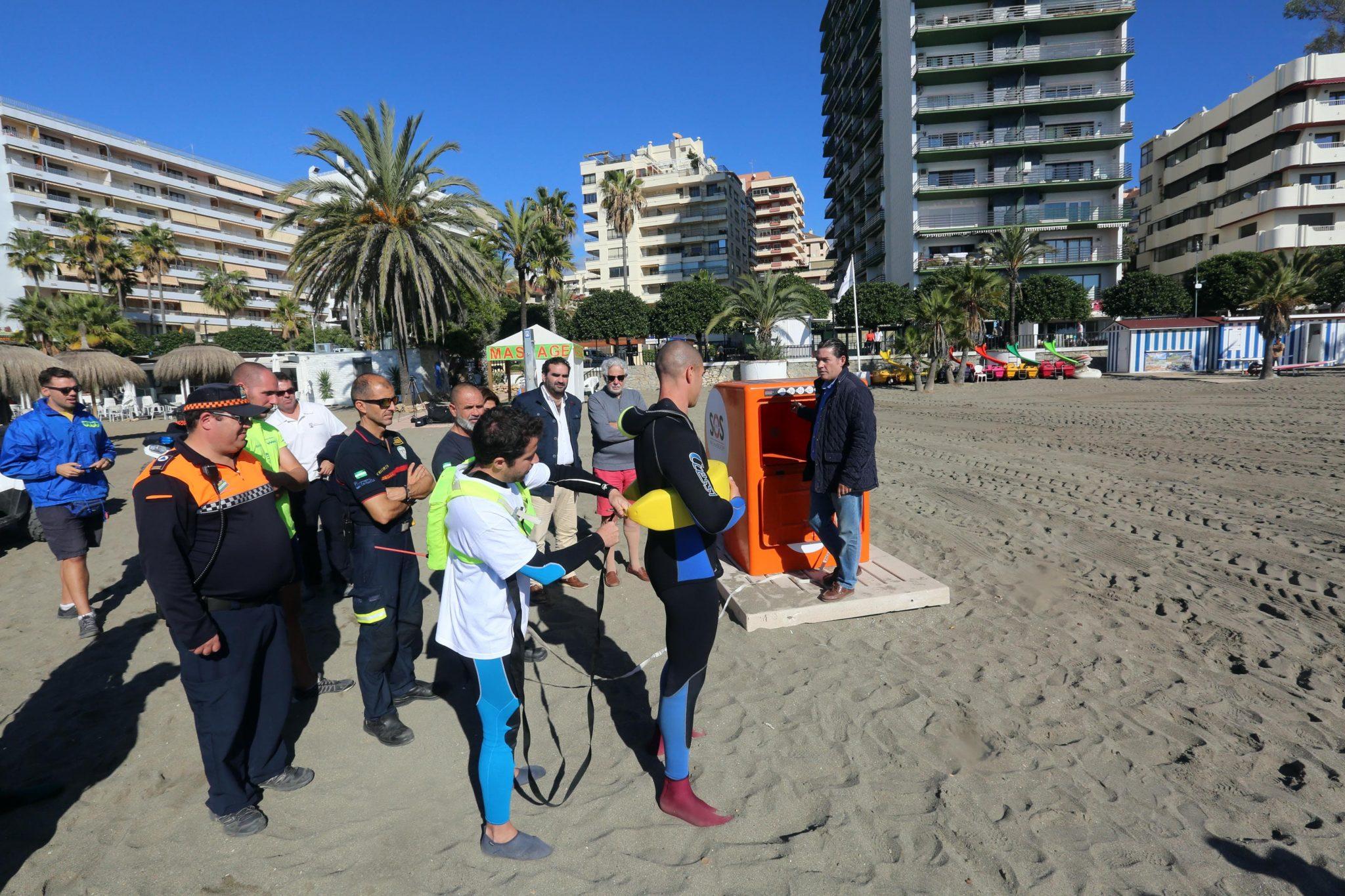Bomberos, Protección Civil y socorristas participan en un simulacro de salvamento en las playas