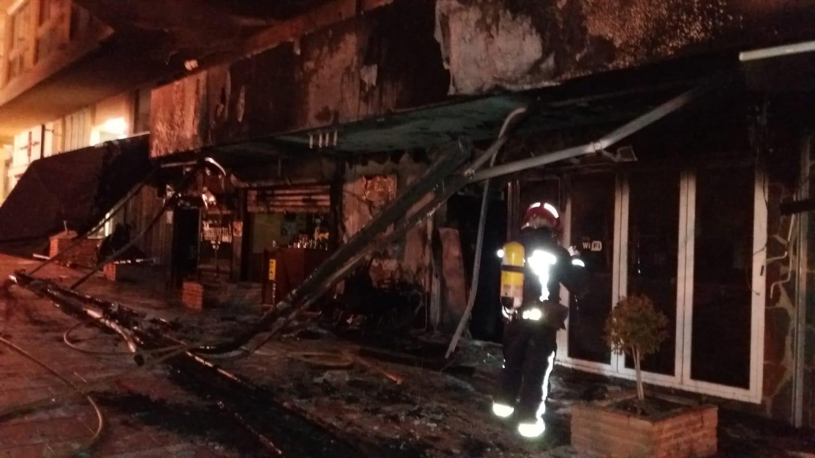 Bomberos sofocan incendio en calle Serrano