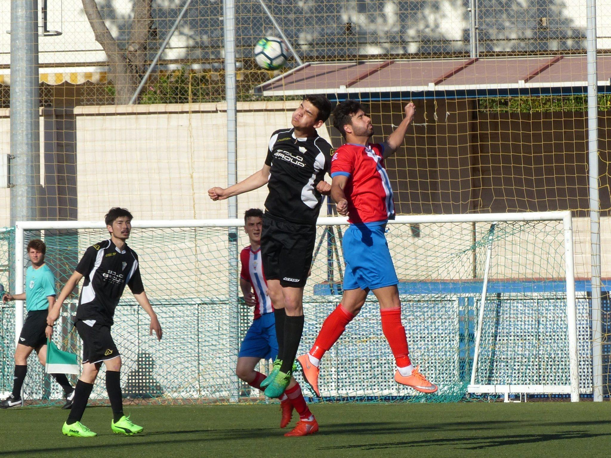 El Atlético Marbella vence a La Cala (0-3) y se jugará el descenso en casa en la última jornada