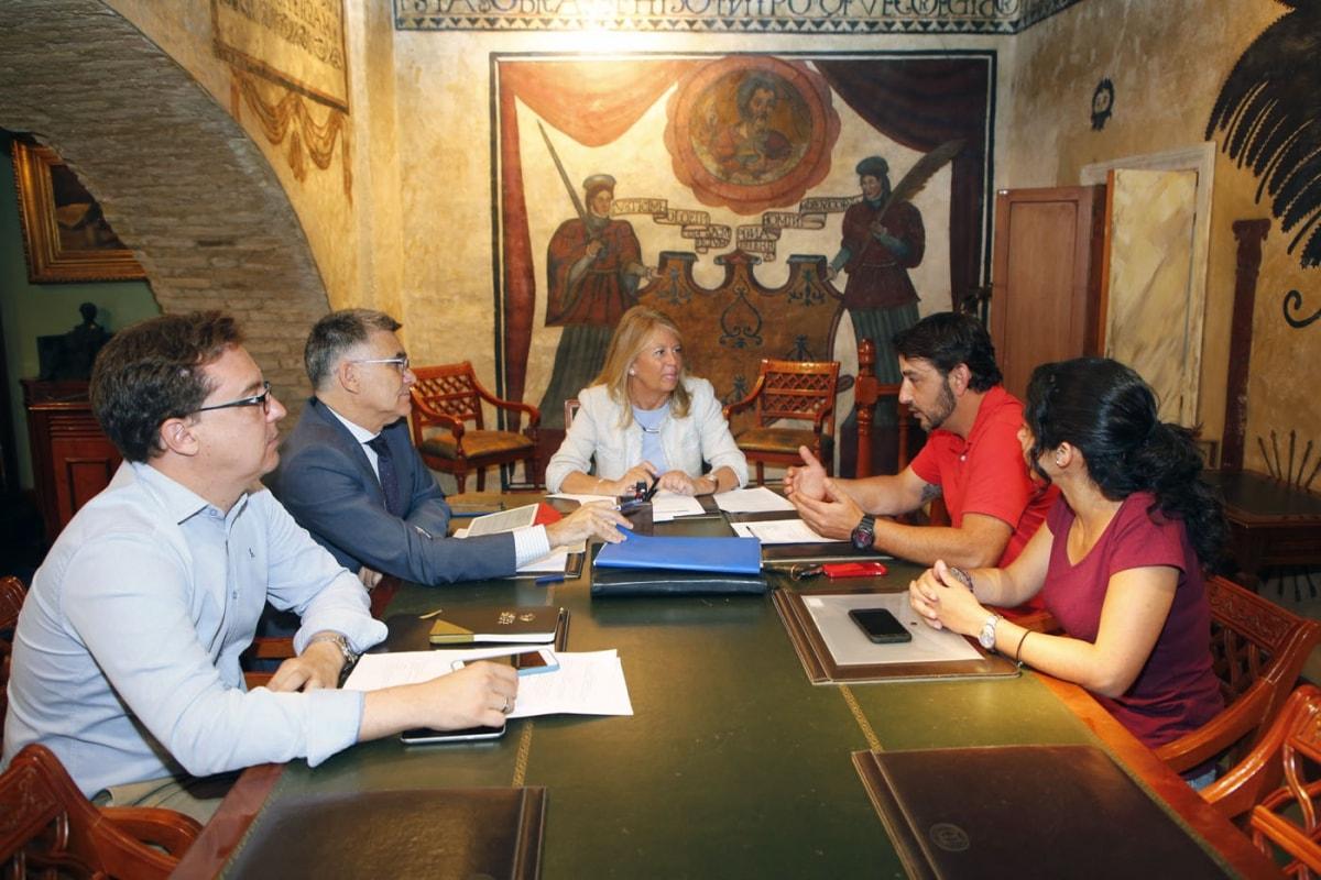 El Ayuntamiento estudia firmar un convenio de asesoramiento en materia de mascotas con La Marbella Canina