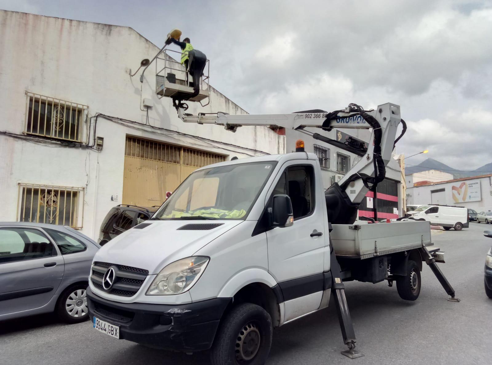 El Ayuntamiento mejora los viales y la iluminación en el polígono industrial La Ermita