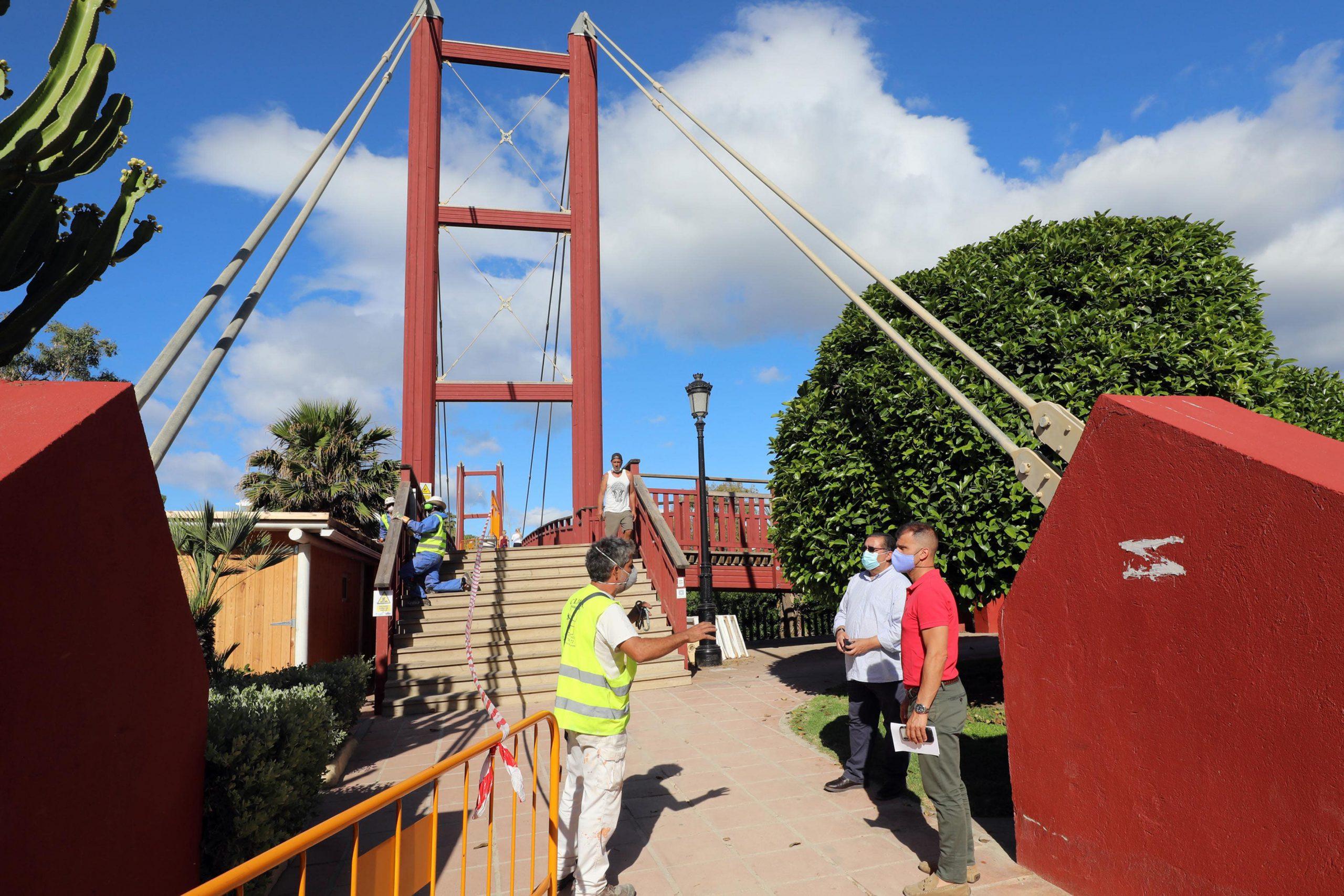 El Ayuntamiento realiza obras de mantenimiento en la Pasarela de Río Verde