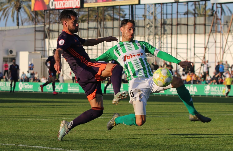 El Sanluqueño vs Marbella F.C. mantiene a los blanquillos líderes tras su nuevo triunfo (1-2)
