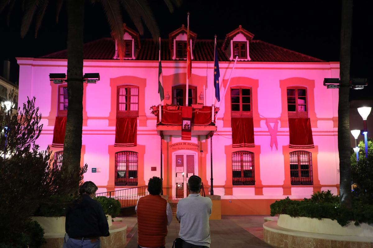 Iluminación para recordar la lucha contra el cáncer de mama