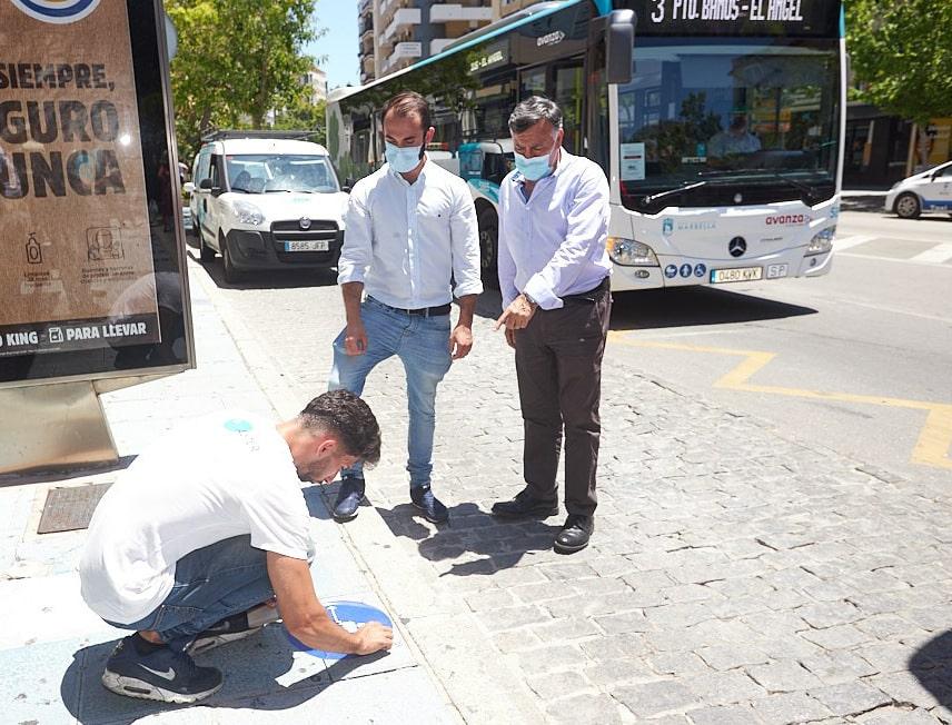 Implantan medidas de distanciamiento social en las paradas de autobuses