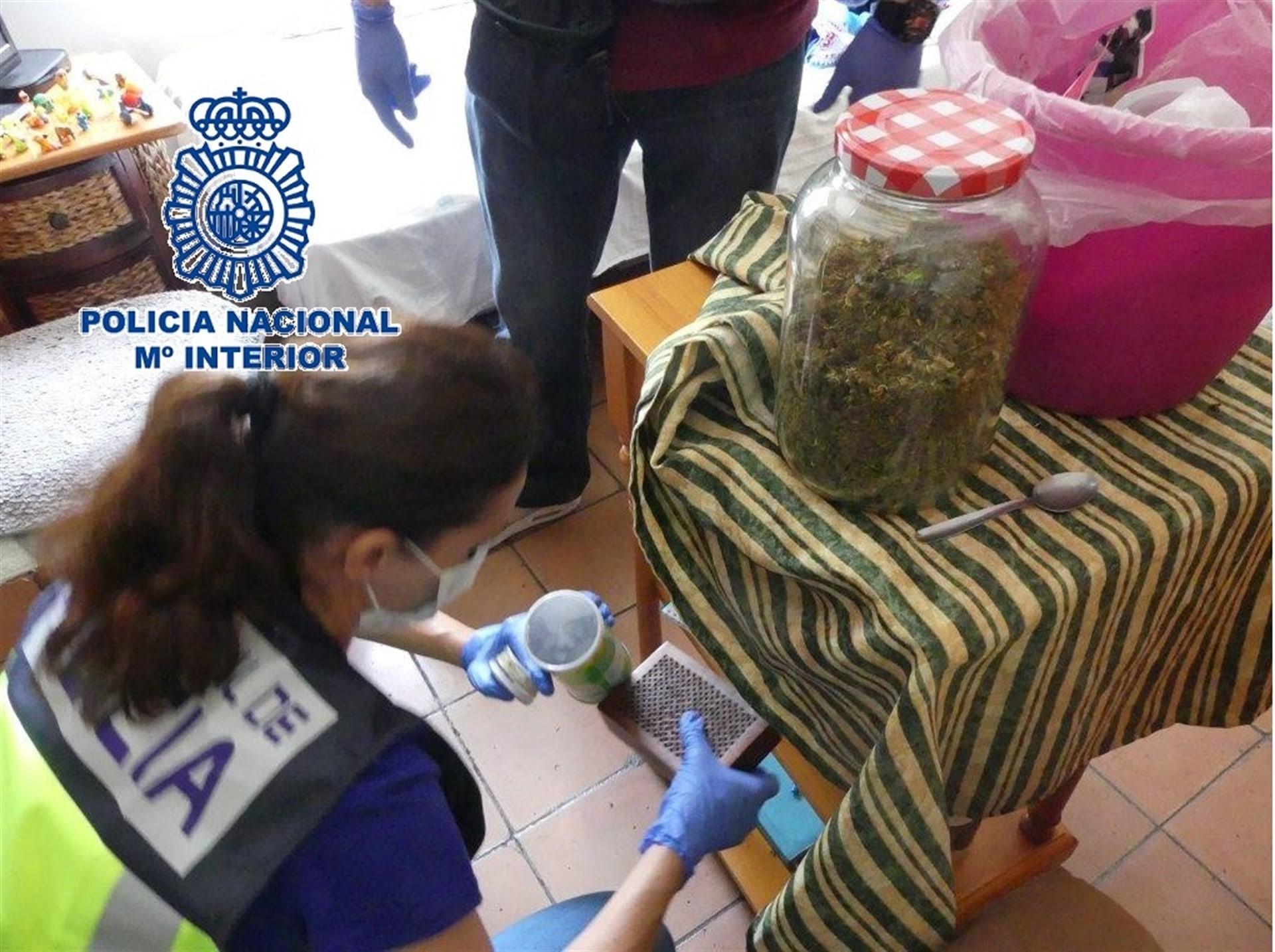 Jóvenes se intoxican tras cocinar un pastel de cannabis