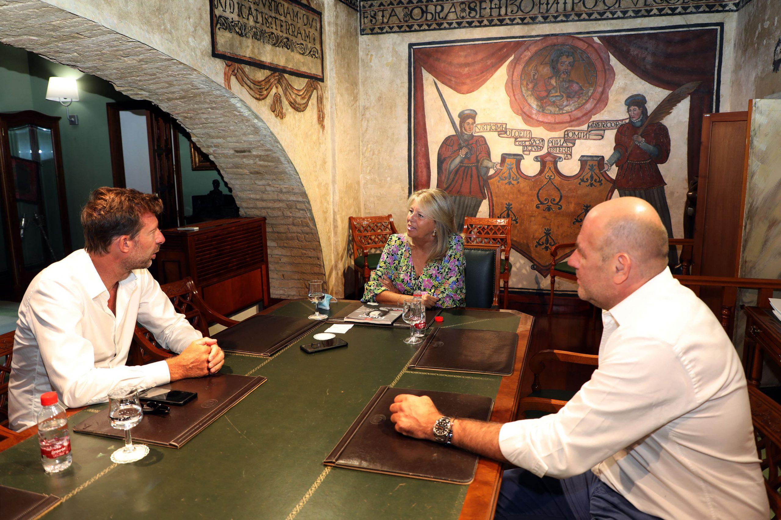 La alcaldesa recibe a un equipo de la edición francesa de la revista Forbes