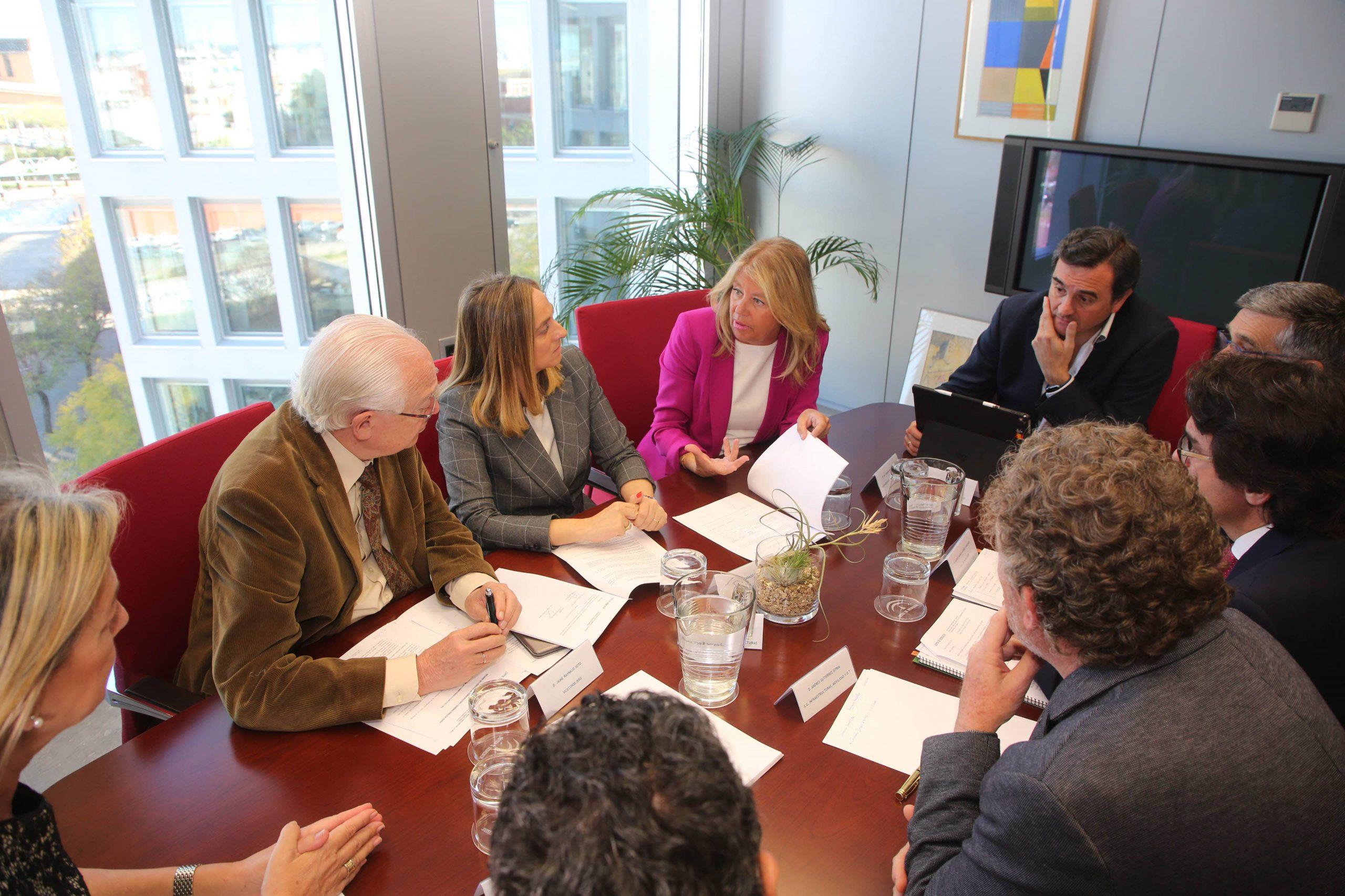 La alcaldesa se reúne en Sevilla con la consejera de Fomento