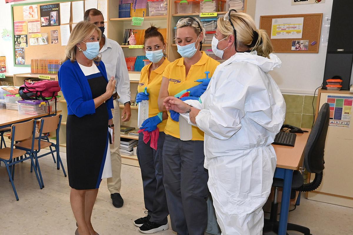 La alcaldesa visita los dispositivos permanentes de desinfección en un centro educativo