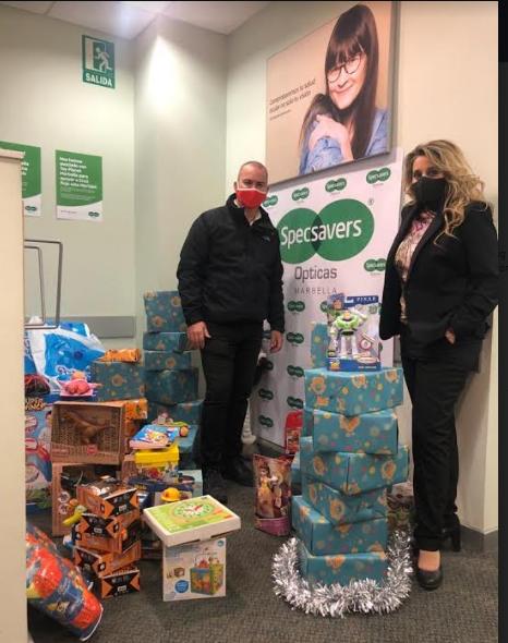 La óptica marbellí Specsavers logra más de 100 juguetes para Cruz Roja