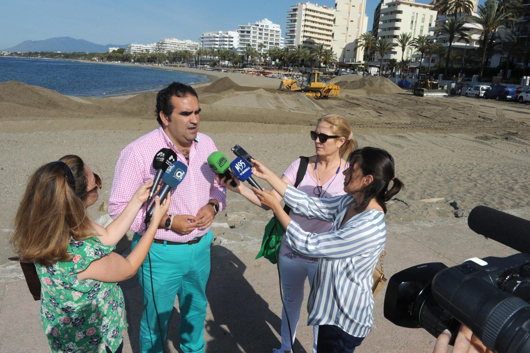 Las playas de La Fontanilla y San Pedro Alcántara reciben 14.000 metros cúbicos de aportes de arena