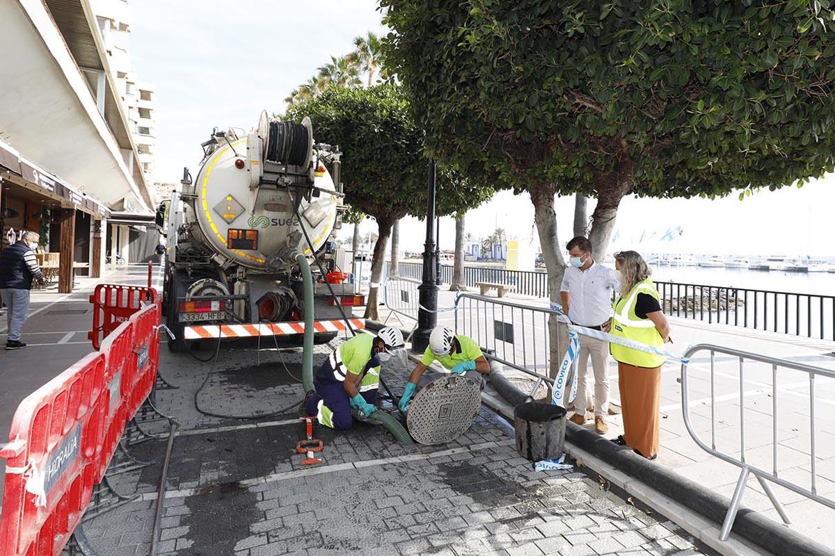 Limpieza de la red de alcantarillado en el Paseo Marítimo de Marbella
