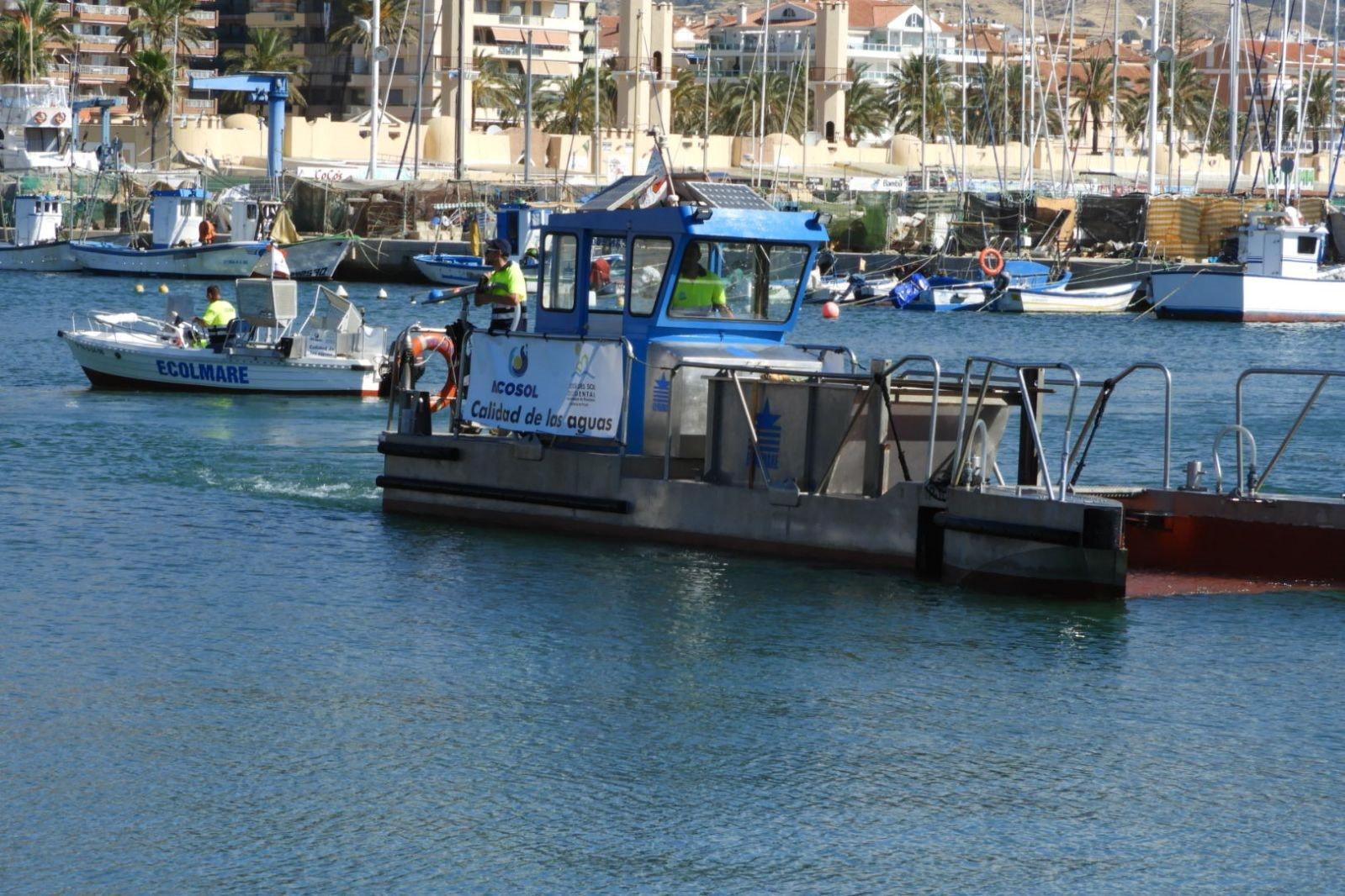 Los barcos de limpieza del litoral han recogido este verano un total de 468 m3 de residuos