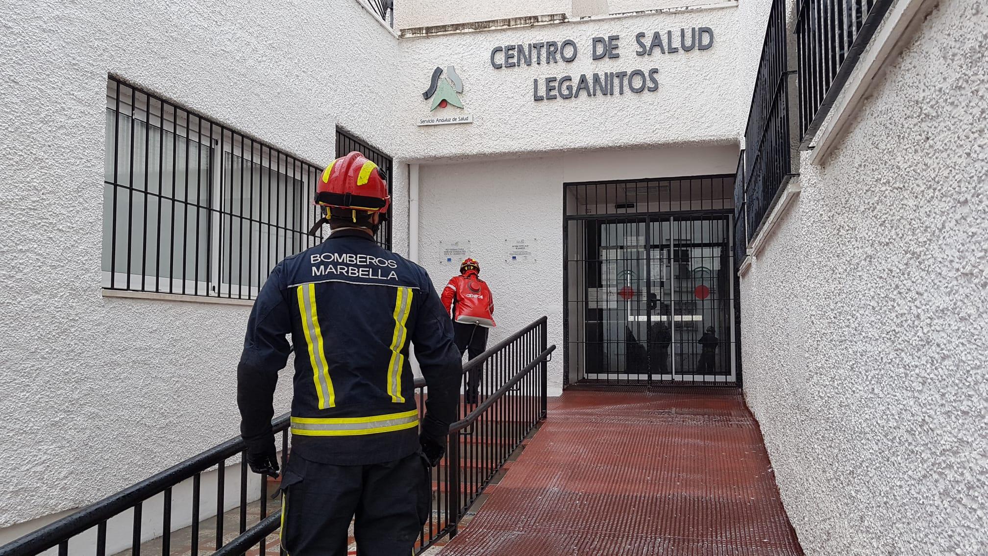 Los bomberos de Marbella desinfectan también los espacios públicos