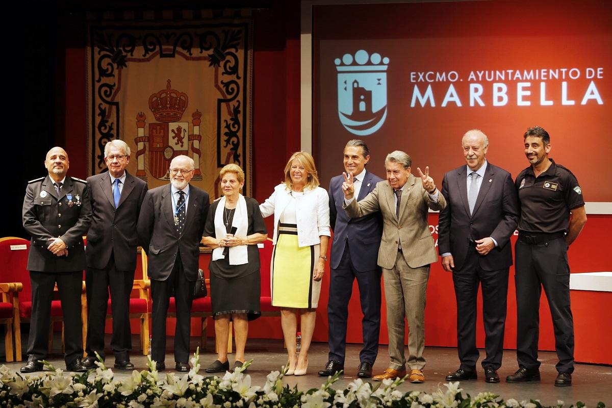 Marbella entrega las Medallas de la Ciudad a la Librería Mata, Protección Civil, Rafael de la Fuente y David Delfín