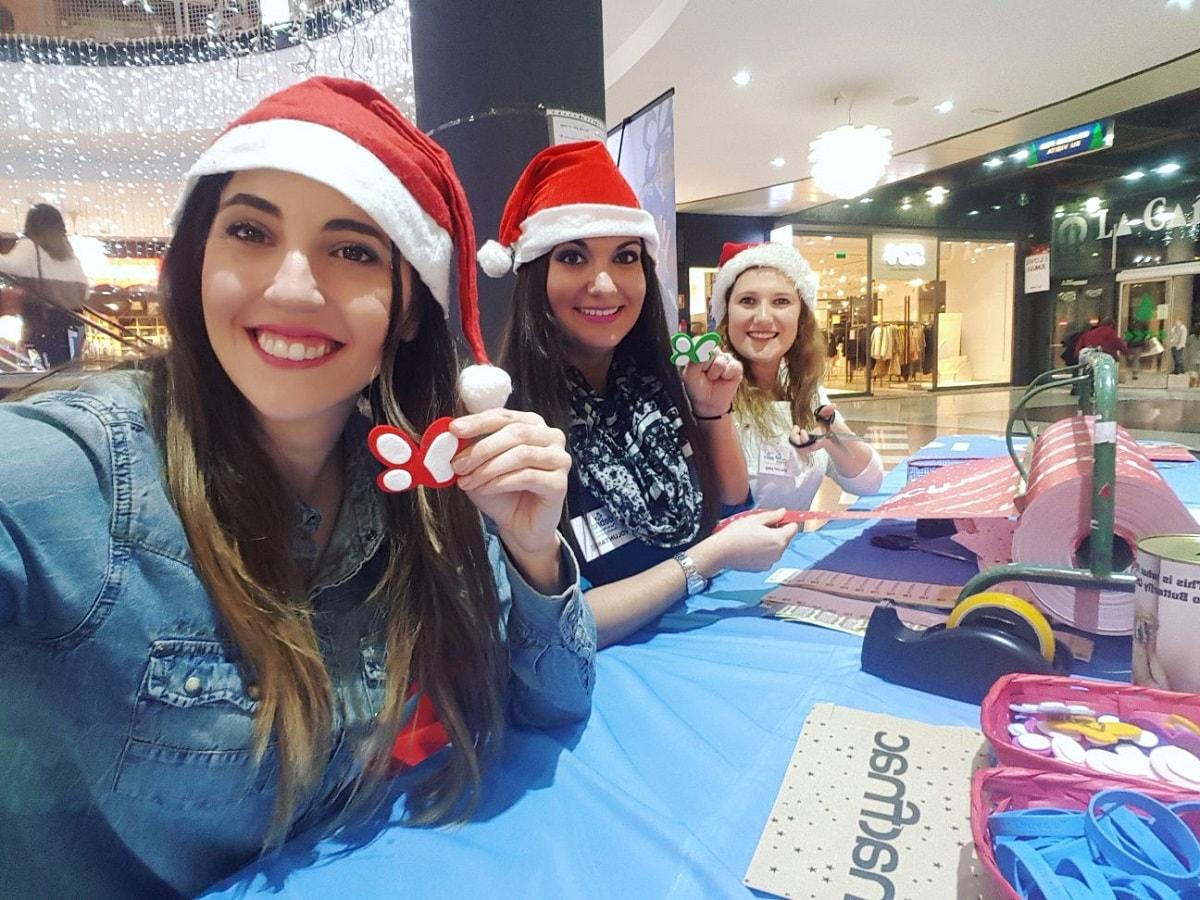 La Asociación DEBRA-PIEL DE MARIPOSA recauda 7.040€ envolviendo regalos en la tienda FNAC del parque comercial La Cañada de Marbella gracias a la campaña de Navidad y a sus personas voluntarias