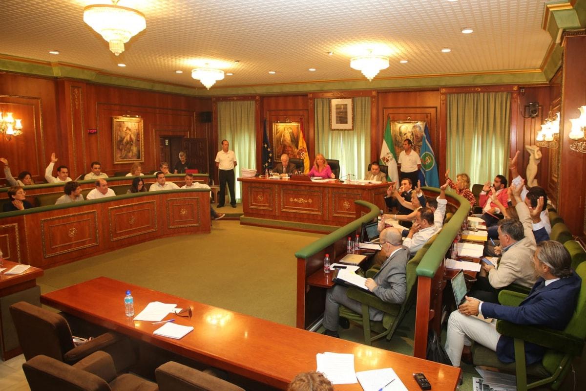 El Pleno del Ayuntamiento de Marbella da luz verde a una batería de bonificaciones para el Impuesto de Circulación y el uso de las instalaciones deportivas