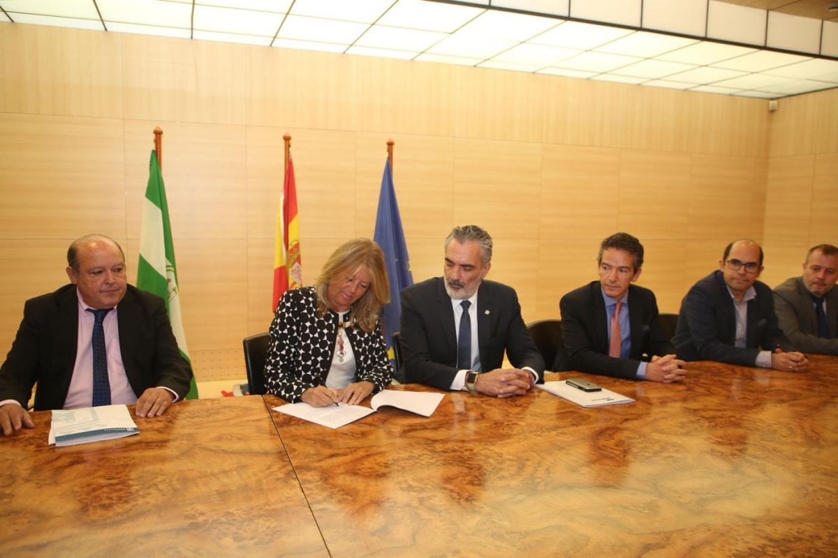 El Ayuntamiento y AEHCOS firman un convenio para potenciar la promoción turística de Marbella y favorecer la desestacionalización