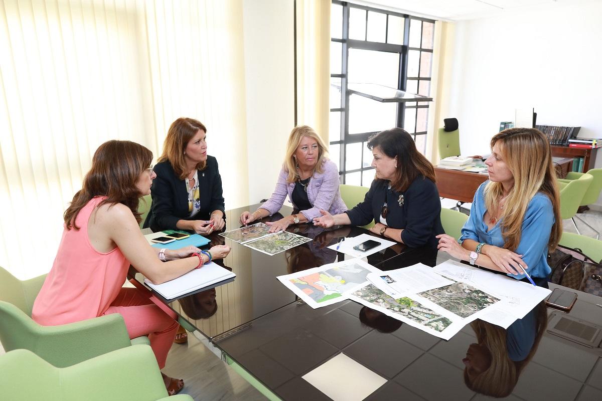 La alcaldesa da un nuevo impulso a los proyectos de rehabilitación del Trapiche del Prado y de construcción de la primera residencia de mayores pública