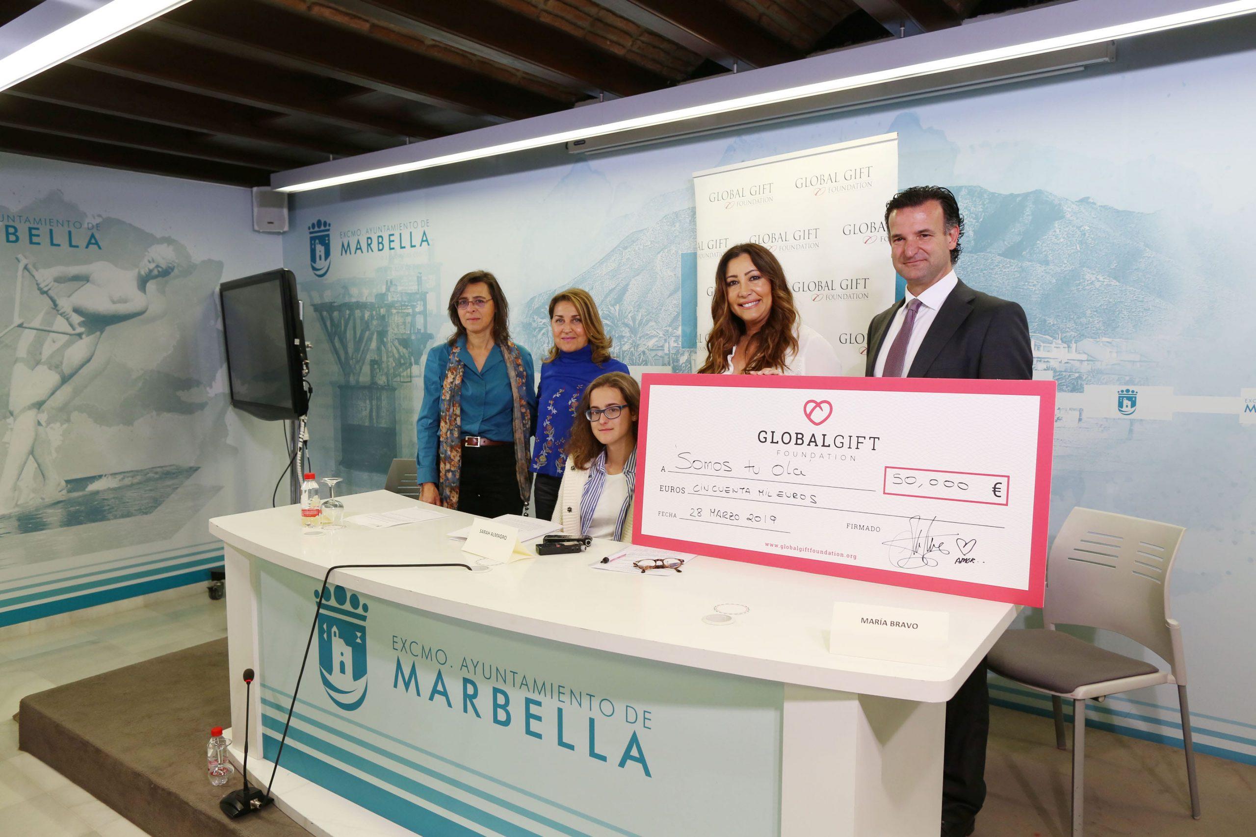 Sarah Almagro recibe en el Ayuntamiento el cheque solidario de 50.000 euros de la Fundación Global Gift