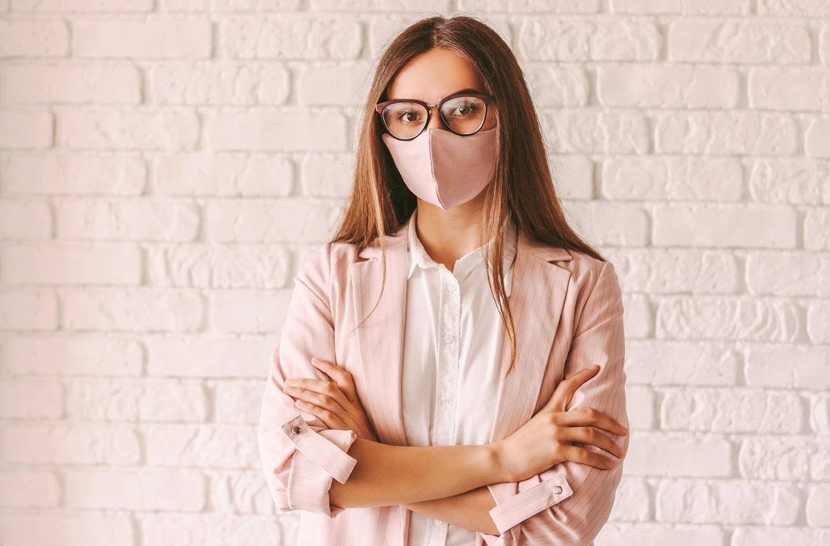 Specsavers nos explica cómo evitar que las gafas se empañen o resbalen usando mascarillas