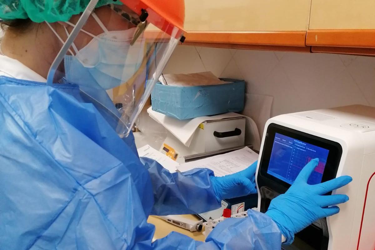 """VithasLab dota de equipos para realizar PCRs """"a pie de cama"""""""