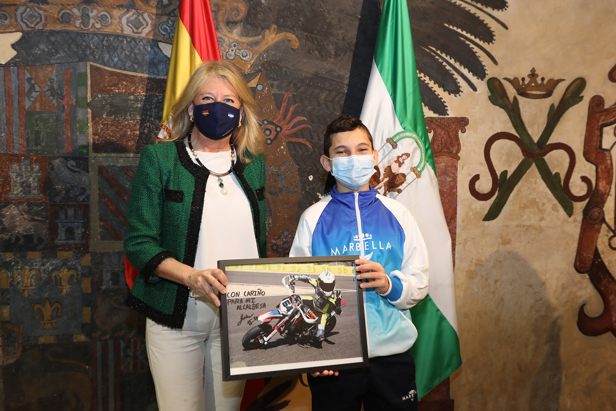 La alcaldesa recibe al joven piloto Marca Marbella Jesus Rios