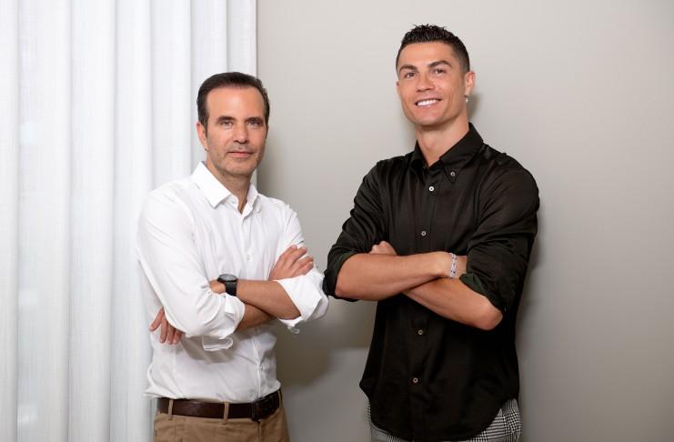 Cristiano Ronaldo, junto al CEO de la empresa de trasplante capilar de la que es accionista.