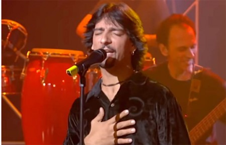 El cantante en un vídeo de actuación televisado.
