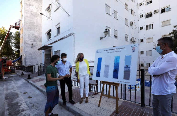 Cuatro murales de 27 metros de altura inspirados en el mar, obra del artista local Álvaro Ortega, embellecerán las fachadas del barrio de la Plaza de Toros